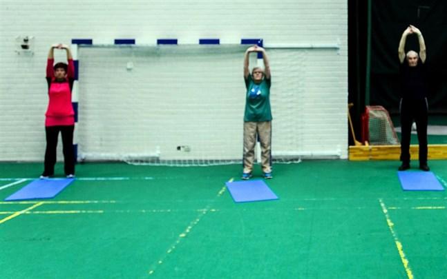 Motionärer stretchar i Sportishallen i Bennäs.
