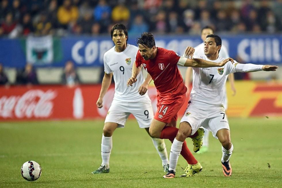 Perus Claudio Pizarro kämpar förbi Bolivias Alcides Pena och Marcelo  Martins. Foto  AFP   Lehtikuva 13a050880e676