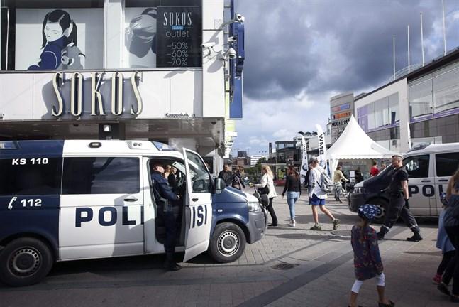 Polisen har anhållit sju personer för våldsamheterna under det nynazistiska upploppet i Jyväskylä i går. Två av de anhållna är svenskar.