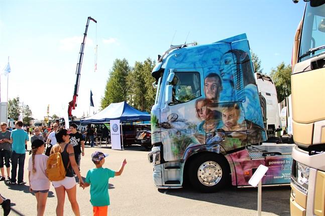 Tusentals besökare brukar se lastbilsutställningen Power Truck Show i Alahärmä.