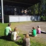 Rurik Ahlberg, Anki Westergård, Ester Ahlberg, Elis Ahlberg och Maija Westergård lyssnar på KAJ under soundchecken.