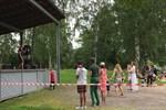 Folk dansar framför scenen då Fredrik Furu spelar.