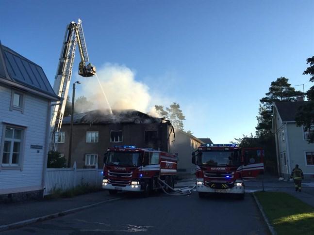Ingen person ska ha kommit till skada i branden. Det finns sex lägehneter i huset varav en var tom.