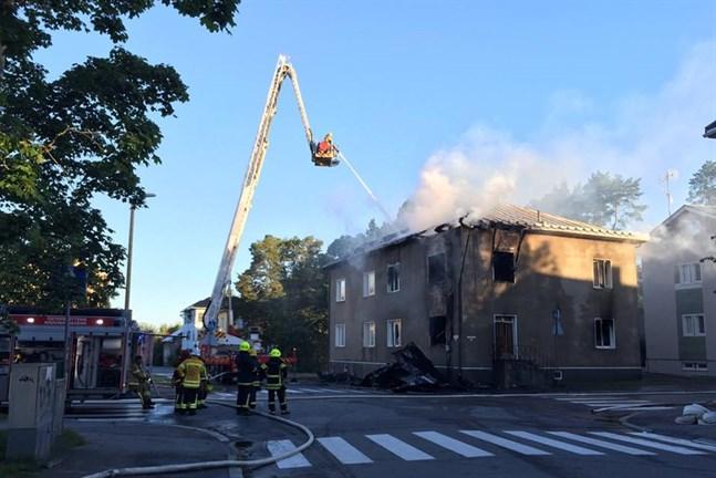 Branden på Båtsmansgatan bröt ut i natt och förstörde lägenheterna i huset. Enheter från sex brandkårer var på plats för att bek'ämpa lågorna.