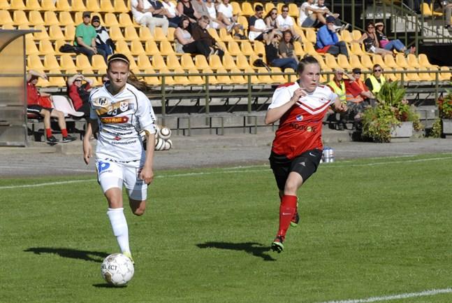 Ada Mannström (t.v) ingår i Karlebylagets trupp som inleder säsongen på lördag.