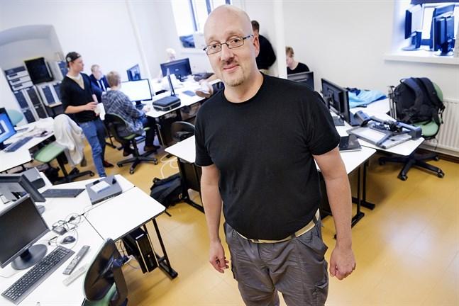 Spel kan vara ett redskap då man går från traditionell undervisning till en mer modern variant som möter ungdomarna på deras egna arena, säger Karl Ögland, lärare vid Prakticum.