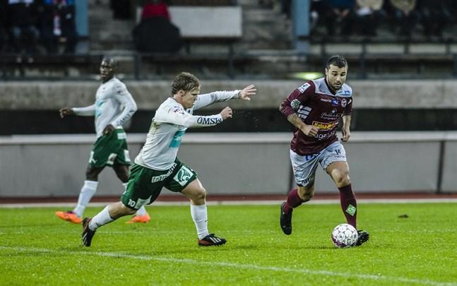 Här jagar Petteri Forsell Alexei Eremenko junior på Centralplan i Jakobstad 2015.