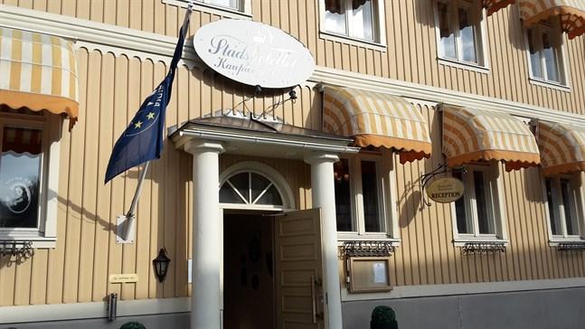 Stadshotellet i Jakobstad tvingas stänga på grund av en vattenskada.