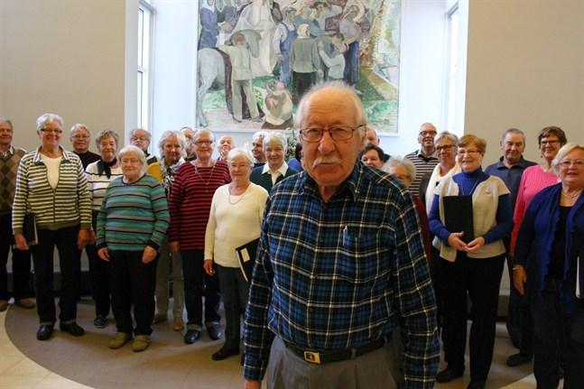 Körsången är John Storbackas stora intresse. Han leder ännu pensionärskören som han var med och grundade år 2005. Bilden är från en övning år 2015.