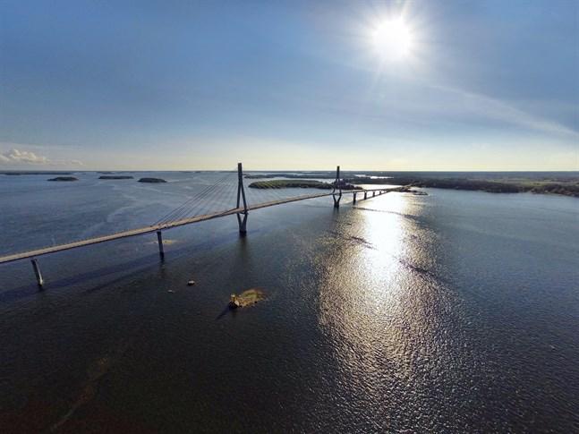 För femtio år sedan kunde man köra bil på isen mellan fastlandet och Replot. Drönarbild: Replotbron