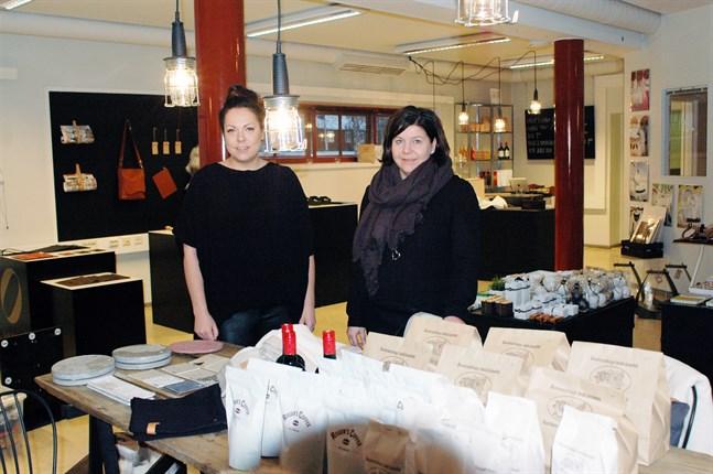 Eeva-Maria Santaa-Rannankari t.v. och Anne-Mari Sundqvist har öppnat butik och café i före detta fiskhallen.