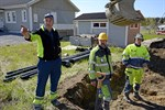 Maj. Arbetet med att dra avloppsledningar från Teuva och Närpes till samreningen i Kaskö pågår för fullt. Börje Lundström, Carl-Gustav Löfs och Frank Törnqvist grävde ned ledningen i Pjelax.
