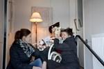 November. Pia Ruotsalainen och Michelle Lopez förberedde för Kaskös julkalendersfönster.
