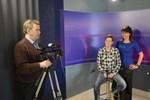 Jan-Erik Widjeskog, Maria Launonen och Lisa Bäckman-Perälä i När-TV:s studio. När-Tv var en av mottagarna till Frans Henriksonpriset. Också Krs-Tv fick vara med och dela på priset.