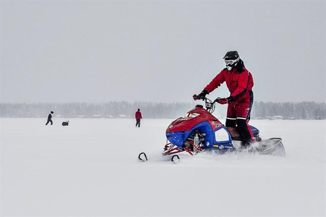 På isen behövs inget tillstånd, där är det fritt fram att köra.