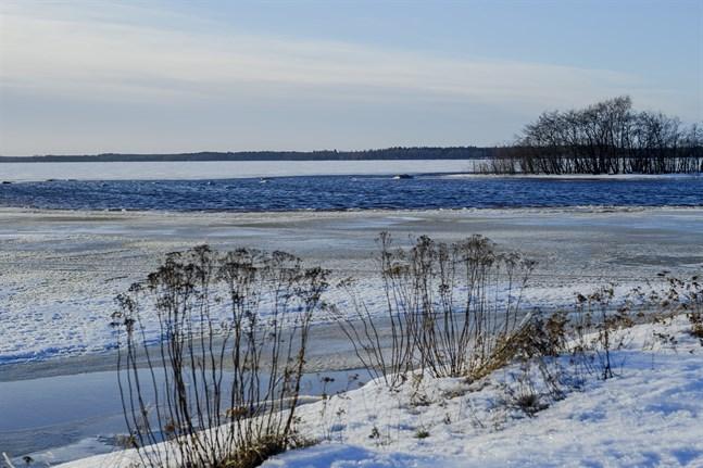Ska användningsändamålet vara båthus och inte fritidsbebyggelse måste Nykarleby stad ändra på detaljplanen, påpekar Ronny Haglund. Bilden är från ett vintrigt Andra sjön.