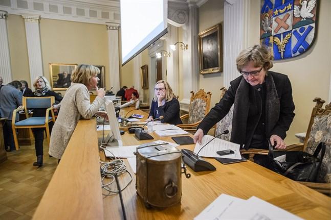 Milla Kallioinen, mitt i bild, kommer att se till att staden agerar i enlighet med domen. Det sker på nästa möte med stadsstyrelsen. På bilden syns även Anna-Maja Henriksson och Anne Ekstrand.
