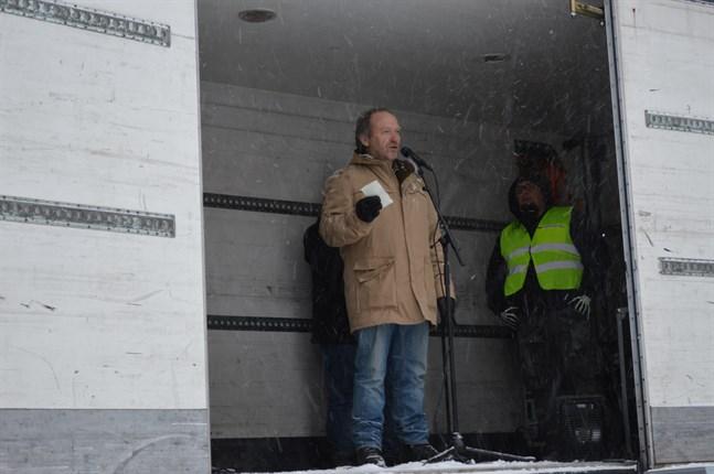 """Teuvo Hakkarainen under en """"stäng gränserna""""-demonstration i Seinäjoki 2016."""