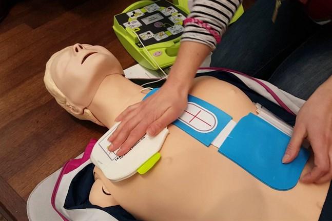 En defibrillator, eller hjärtstartare, läser av hjärtrytmen och kan ge elchocker för att starta om hjärtat om det stannat. Defibrillatorn ger användaren information steg för steg.