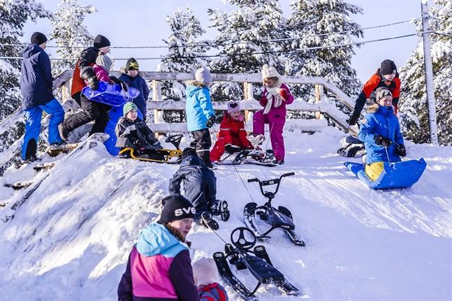Vintern är här med besked i år. Några timmar i pulkabacken är perfekt vardagsmotion för både barn och vuxna.
