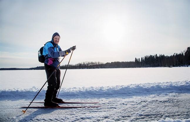 Gör som Timo Salmi – åk skidor! Här är han vid Molnträsket.