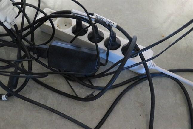 För mycket elektronik kopplat till samma skarvsladd kan överhetta skarvsladden och i värsta fall leda till en brand.