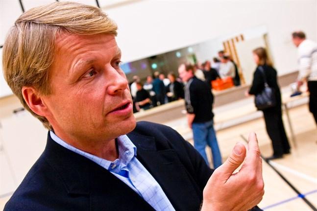 Pertti Fallenius, vd för Saga Furs. säger att bolaget håller auktionen i Vanda som planerat den 1 april, men endast registrerade mäklare gör sig ärende i auktionshuset.