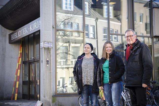 Lisen Sundqvist, Marja-Leena Pitkäaho och Richard Sjölund utanför Stadsbiblioteket i Jakobstad, där projektkoordinatorn för Kulturell mångfald arbetar.
