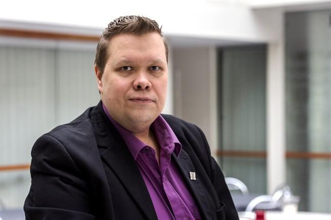 Sauli Isokoski ser med oro på hur verksamhetsstödet till de två lokalteatrarna i Jakobstad har minskat under de senaste åren.
