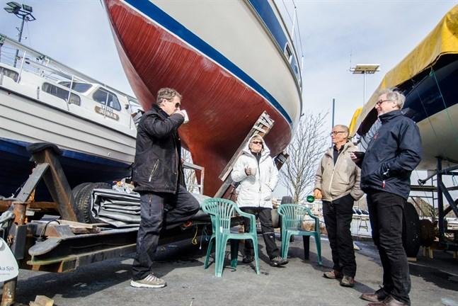 Guy Björklund från SSJ (längst till höger), hoppas att Kvarken Race blir av i augusti. Här tillsammans med Stefan Björkman, Catrine Björkman och Christer Backlund.
