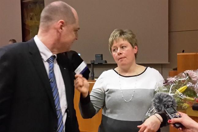 Stina Mattila gratuleras av utvecklingsdirektör Jonne Sandberg, som även han sökte tjänsten.