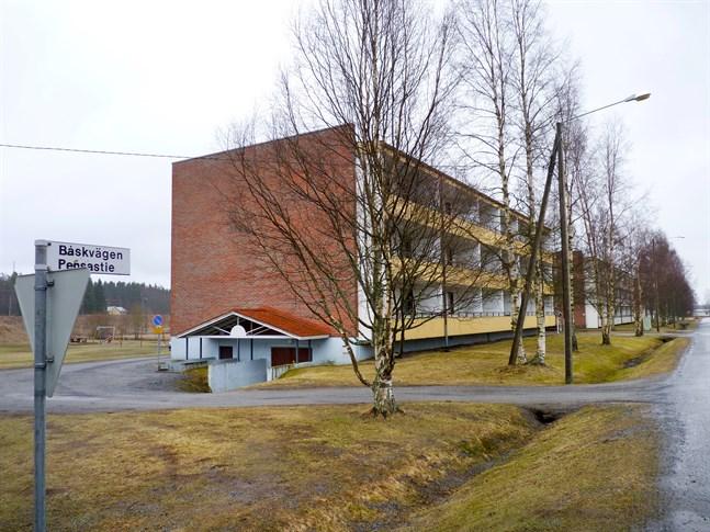 Fastighetsbolaget Kronoby Bostäder planerar att småningom riva ett av Båskgrändhusen, det som ligger närmast järnvägsstationen.