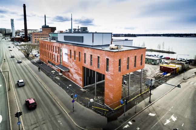 Amerikanska flottans delegation bekantar sig bland annat med energilaboratoriet i Brändö under Vasabesöket.