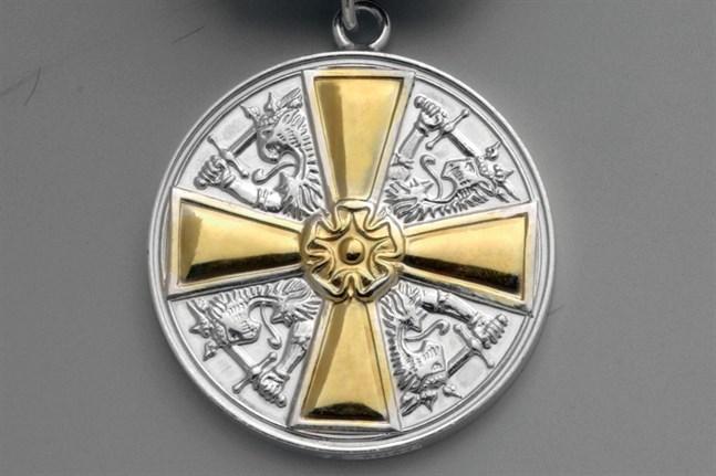 Medalj av I klass med guldkors av Finlands vita ros orden.