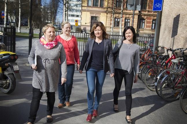 Åsa Löf, Katri Hansell, Michaela Pörn och Heli Koskinen har gett ut en handbok i klasstandem. Givetvis är den tvåspråkig.