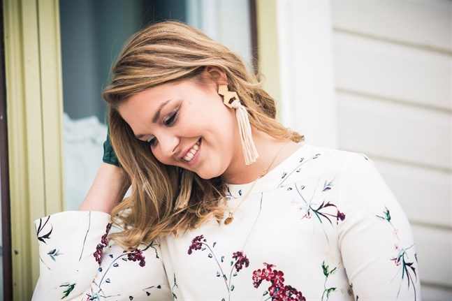Lizette Krooks bär smycken i trä. Det är en av sommarens trendaccessoarer.