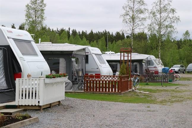 Hemtrevliga husvagnar och -bilar står parkerade vid Sexsjö året om. På sommaren är området som mest aktivt.
