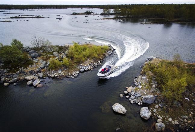 Slalomkörning utanför Svedjehamn. För att kunna navigera bland moräner i grunda vatten behövs goda kunskaper om farlederna. Havsmiljön ändras från år till år.