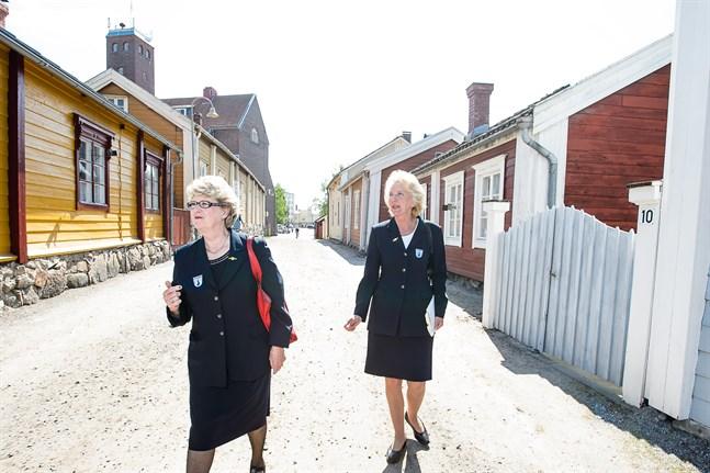 I söndags firades internationella guidedagen. Guiderna Gun Snellman och Ulla Nyström ser fram emot uppdrag till sommaren.