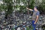 Biologen Mario Moscatelli visar hur det sophanteringen fungerar i Rio.