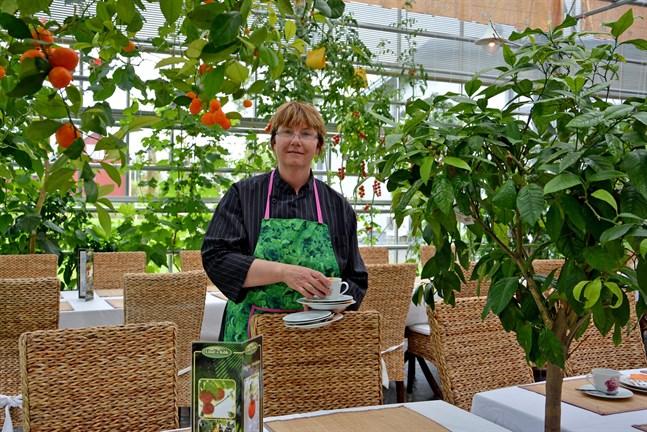 Maria Berg vet inte hur de ska få tillräckligt med arbetskraft till växthuset. Nio arbetare som snart borde börja arbeta i familjens jordgubbsodling sitter nu fast i Ukraina sedan gränserna stängdes.