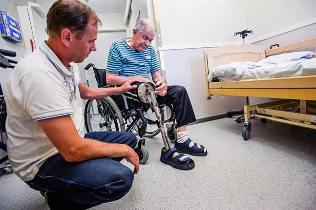 Benprotesen fungerar som ett riktigt ben. Protesen böjer vid knäet och vid vristen.
