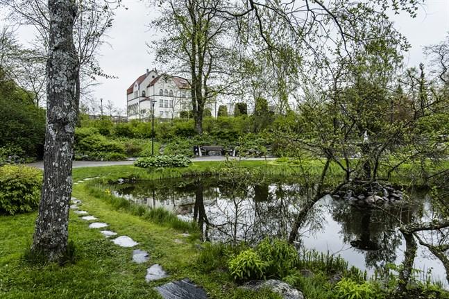 Alla som vill kan delta i evenemanget Bildkonstens dag på lördag och måla i Skolträdgårdens lummiga miljö.
