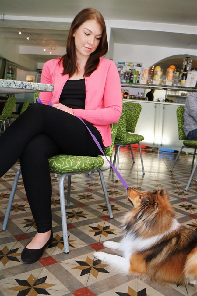 Sara Hellström och hunden Bianca.