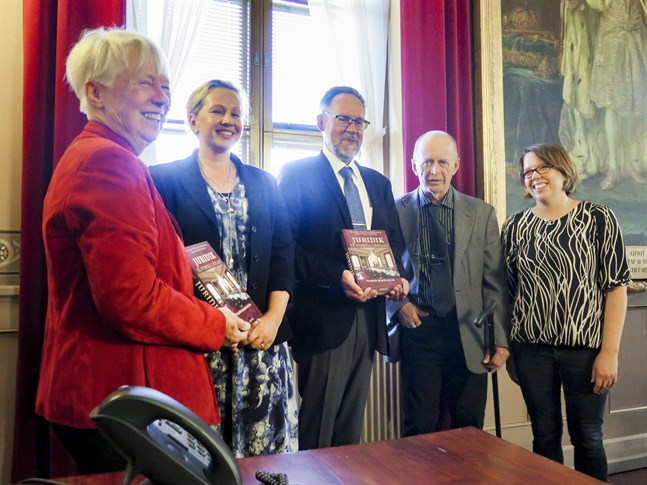 """I samband med att Vasa hovrätt firar 240 år utkommer boken """"Juridik på svenska i Finland"""" ut. Från vänster författarna Marianne Nordman, Lieselott Nordman, Hans Landqvist, Christer Laurén och Maria Kvist."""