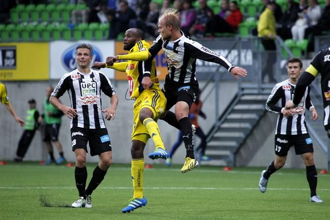 Ousman Jallow i HJK:s gula bortatröja, här i kamp med VPS-mittbacken Timi Lahti. Bilden är från 2016.