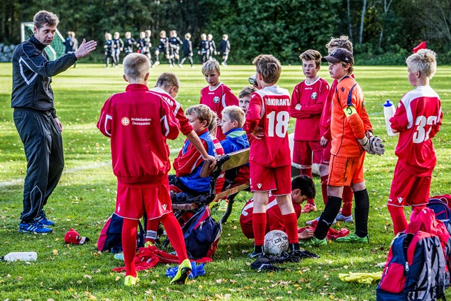 Eremenko cup avgörs i helgen. Här leder Niklas Käcko Jaros lag för de 2003-födda.