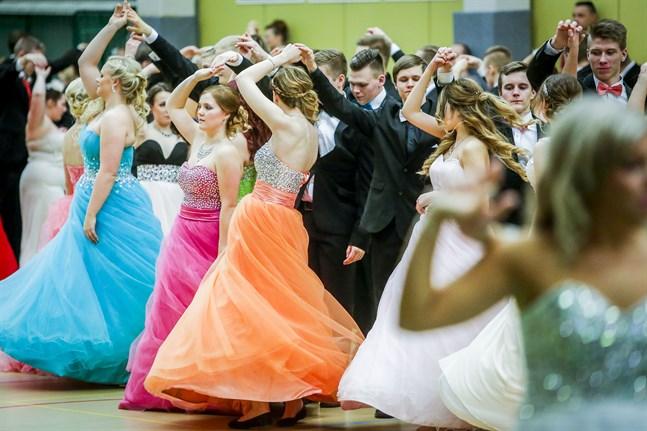 Österbottens coronasamordninsgrupp rekommenderar att de äldstes dans ska flyttas till senare i vår eller till början av hösten. Bilden från de äldstes dans i Vasa 2015.