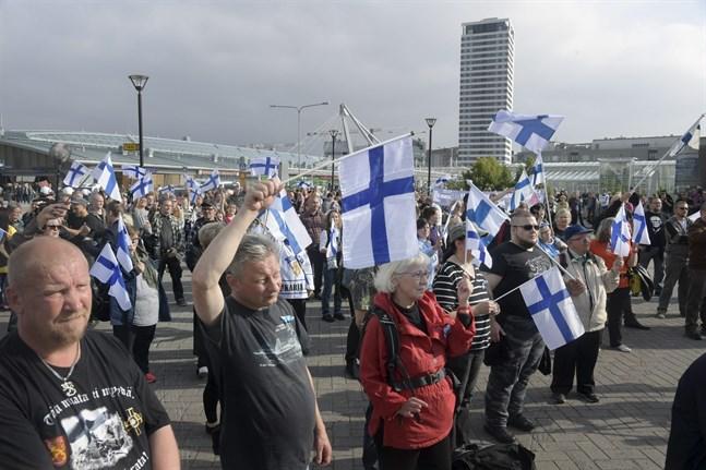 Bara 52 procent av de väljare som svarat på VBL/ÖT:s kandidattest tycker att Finland behöver mer arbetskraftsinvandring. Bilden är från en demonstration mot invandring i Nordsjö i Helsingfors den 10 september.