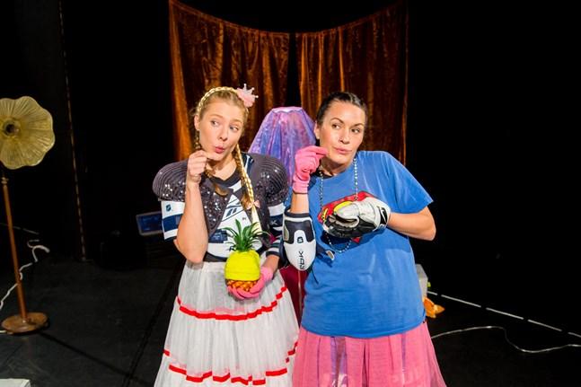"""Unga scenkompaniets nya föreställning """"Love"""" inbjuder bland annat in till att fundera över varför fantasi är något som måste begränsas. I rollerna ses Alexandra Häggman (till vänster) och Annika Åman."""